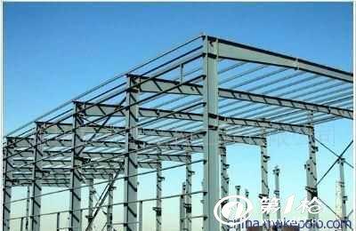 其实这种就是轻钢结构,与重钢结构厂房很类似.