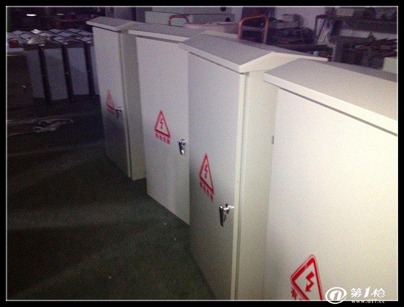 它是一种有面板遮拦的开启式开关   柜,正面有防护作用,背面和侧面仍图片