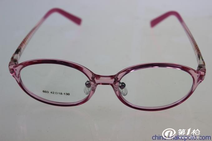 厂家供应时尚TR90儿童近视眼镜框 品质可靠 丹阳批发 TR90眼镜架表面润滑,放在盐水会飘浮,比其他塑料眼镜架轻,约少与板材框重量的一半,是尼龙材料的85%,可减少鼻梁、耳朵负担,适合青少年使用。它很耐磨、抗化学性佳、耐溶剂性、耐气候性好、不易燃烧、耐高温。而且它是记忆性的高分子材料,不易变型。因为TR90材料的眼镜架弹性大、韧性强,不易断裂,强度大,不破裂,所以具有运动安全性。而且它很耐撞击,弹性,以有效防止在运动中因撞击而对眼睛产生的伤害。无化学残留物释放,符合欧洲对食品级材料的要求。TR90的材料