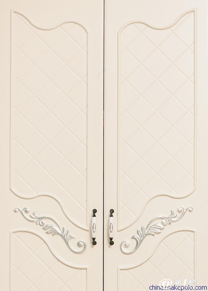 供应其他居家欧式田园家具 简约雕花四门衣柜 规格:长1934*宽590*高2146mm 材质:实木(柜边柱,柜脚);松木(衣柜承托板);高密度板(衣柜顶板、底板、门板);描银(雕花部分) 特点:高贵端庄,时尚大气,华丽,得心应手地把自然的优美和精致的生活凝聚在一起,散发出轻柔温暖、质朴香醇的田园气息。 细节: 华丽的外表加以精细的描银雕刻,更显高贵气质。不紧注重大体的美感,更注重细节的修饰,用心生活居家。
