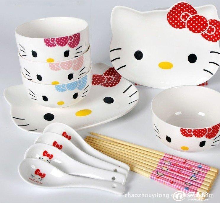 日本最著名的猫猫凯蒂猫 (Hello Kitty) 大家一定非常熟悉,也非常喜欢, 不过,你知道吗? 这只有大大的脑袋圆圆的眼睛, 又嗲又可爱的卡通猫猫, 却在英国伦敦诞生的哦。 1974年11月1日, 没有嘴巴,脸蛋圆圆的, 左耳上扎着一个蝴蝶结, 还有一截小尾巴的凯蒂猫 (Hello Kitty) 诞生了。 这套HELLO-KITT餐具为14件套(含4只韩碗,4只小勺,4双筷子,两只原版猫盘大小号),配有高档的原单出口日本礼盒,更配有KIYYT的筷子,独家制作哦。 喜欢你没道理,赶快抢购~~GO!