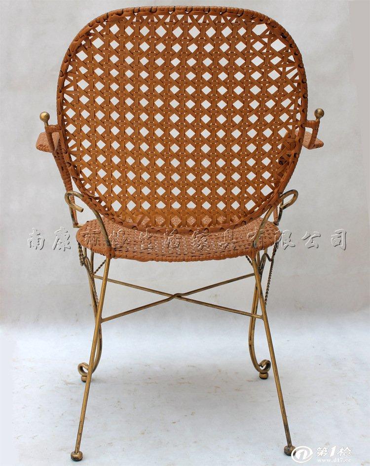 如需搭配其他椅子可以点连接: /pag PE藤家具: 1:支架:采用加厚铁管弯成不同的花式和线条焊接而成,主要分为圆管和方管两种, 部分产品采用实心钢筋或者不锈钢管,经过专业防锈处理,可防日晒雨淋。 2:藤条:主要分为圆藤和扁藤两种,模仿天然藤条人工合成,以其所独具有的柔韧 性、可塑性,加之现代工艺的点缀,所制成的产品软硬适中,线条舒适流畅。